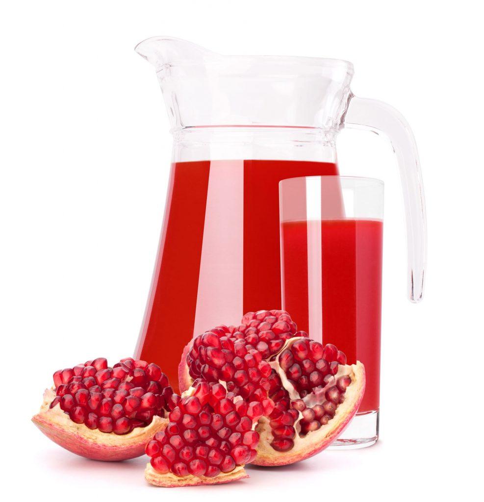 Granatapfel-Fruchtsaft-in-Glaskrug